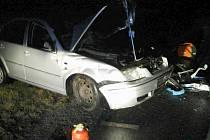 V noci z pátku na sobotu zahynul u Studené Loučky na Šumpersku osmnáctiletý chlapec. Řídil auto, které čelně narazilo do náklaďáku.