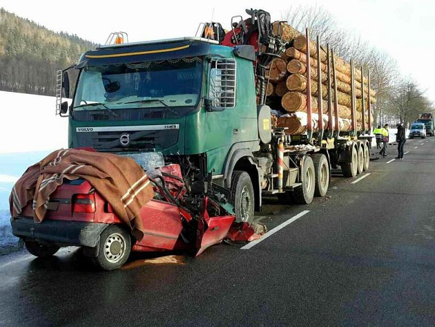 Tragická srážka felicie s kamionem u Štítů
