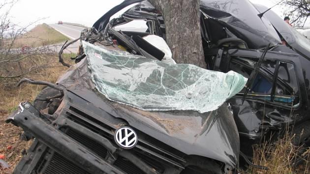 Čtyřiadvacetiletý mladík ze Zábřehu zemřel po nárazu do stromu.