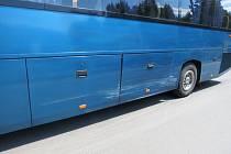 Autobus (na snímku jeho poškozená část) s osobním autem se ve středu 3. července srazily v Priessnitzových lázních v Jeseníku.