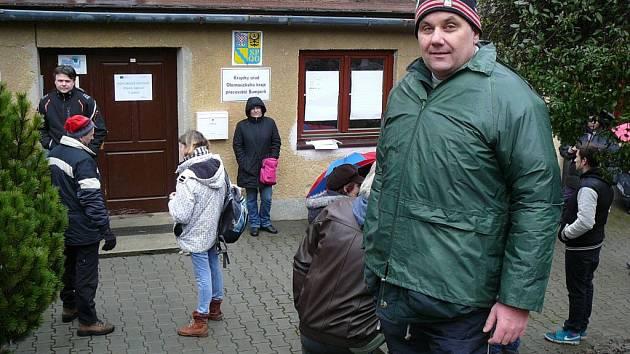 Skupina lidí čekala v neděli 21. února dopoledne před budovou Zámečku v Šumperku, kde budou krajští úředníci od pondělního rána přijímat žádosti o kotlíkové dotace. První zájemci se zde objevili už v pátek večer.