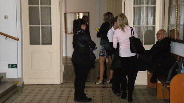 Zaměstnanci úřadu práce v Šumperku čekají před soudní síní.