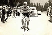 Emil Hekele vítězí na vrchařské prémii závodu Okolo Rakouska v roce 1968