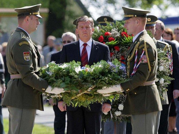 Část rodiny v Javoříčku ztratil i předseda Poslanecké sněmovny Parlamentu ČR Miloslav Vlček, zde na snímku z pietního aktu loni v květnu v Javoříčku