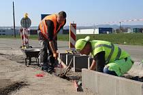Budování cyklostezky mezi Zábřehem a Leštinou, stav v úterý 16. dubna.