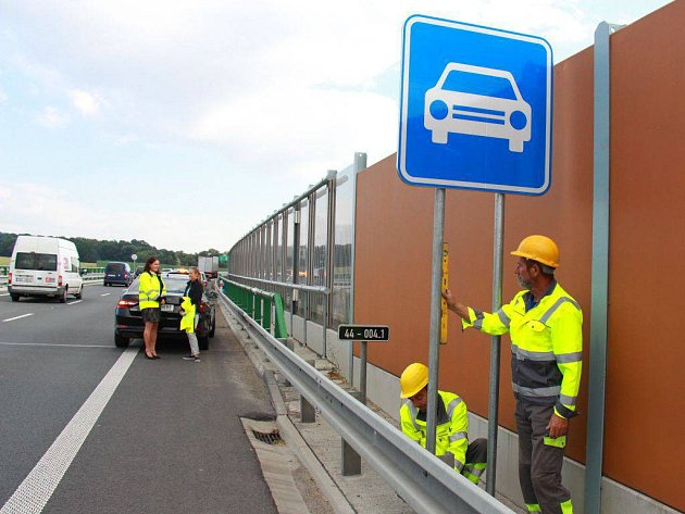 Ve čtvrtek 18. srpna zahájili montéři instalaci značek Silnice pro motorová vozidla na obchvat Zvole a Postřelmova.
