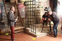 Natáčení dokumentu Ukradené srdce s Miroslavem Táborským v expozici Geschaderova domu v Šumperku.