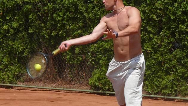 Drakům končí přípravné utkání. Na snímku je útočník Dušan Bařica během tenisového turnaje.