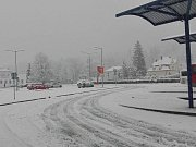 Sníh na autobusovém nádraží v Jeseníku v pátek 28. dubna.