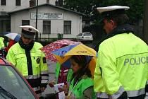 Děti od kontrolní akce neodradil ani déšť.