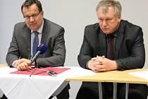 Ministr průmyslu Jan Mládek (vlevo) a starosta Zlatých Hor Milan Rác jednali o možném obnovení těžby zlata ve Zlatých Horách.