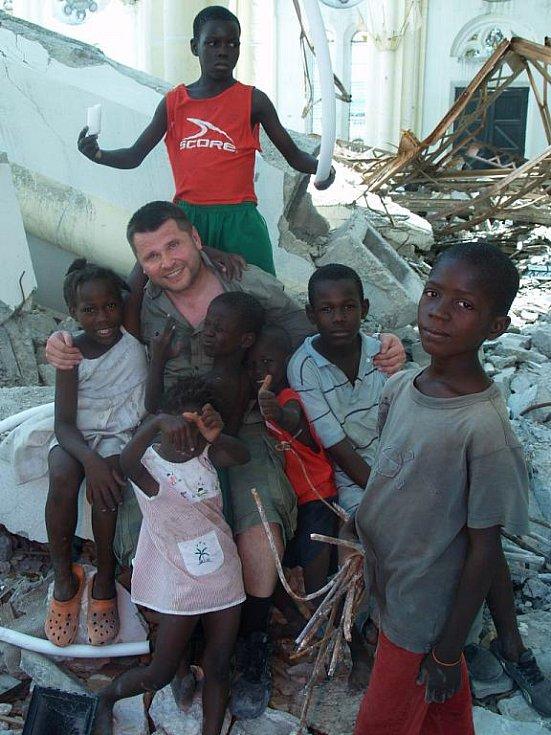 Martin Strouhal s dětmi na Haiti