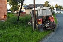 Nehoda opilého řidiče traktoru v Třeštině.