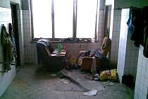 Areál bývalé zábřežské Hedvy je takhle obydlem bezdomovci
