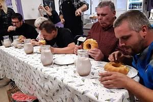 V nově otevřeném Levandulovém bistru v Úsově se konala soutěž v pojídání levandulové bábovky a pití Levandulového kakaa. Vyhrál maxijedlík Jaroslav Němec