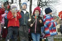 Děti a studenti střední zdravotnické školy rozfoukali větrníky, připomněli si tak den podpory nemocných s cystickou fibrózou.