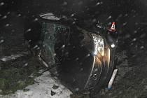 Lexus poté, co jeho řidič nezvládl zatáčku
