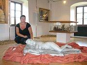 Výstava O lásce a milování, aneb erotika v muzejních sbírkách v jesenickém muzeu. Ředitelka Veronika Rybová u sochy hermafrodita