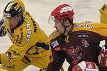Jiří Hašek (vlevo) během utkání s Duklou Jihlava. Vedle něho je Jonáš Fiedler