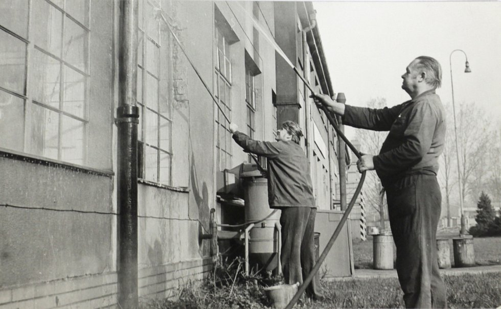 V popředí Vladislav Víšek, četař vstřikovacích čerpadel a regulátorů v ŽOS Šumperk, s Vladimírem Vaníkem při jarní směně mytí oken.