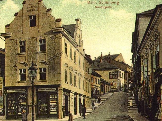 Snímek dnešní Lužickosrbské ulice ukazuje jednu ze ztrát města. Müllerův obchodní dům  dávno zmizel. Dnes na jeho místě stojí Palác Schönberg, který budí velké rozpaky.