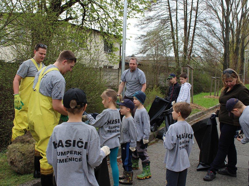 Mladí hasiči čistí Bratrušovský potok v Šumperku