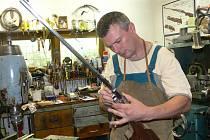 Právo používat  označení Jeseníky originální produkt získal i puškař Martin Pospíchal z Hanušovic