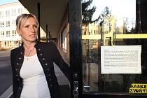 Učitelka Angelika Rýcová ze stávkového výboru před Základní školou Šumavská v Šumperku.