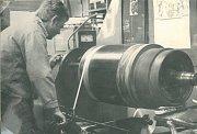 STÁLE JE CO VYLEPŠOVAT. Súspěchem a časovými úsporami pracovníci podniku zavedli bandážování rotorů některých strojů skleněnými bandážemi, které měly oproti původním ocelovým mnoho výhod.
