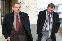 Bývalý tajemník zábřežské radnice Antonín Janhuba (vlevo) odchází se svým právníkem od Okresního soudu v Šumperku