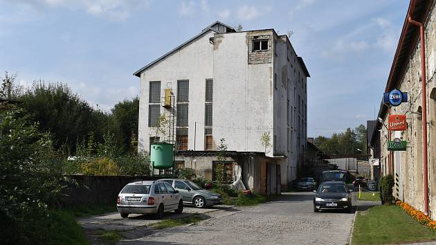 Zchátralá budova bývalé kotelny znehodnocuje městský majetek v areálu bývalého Moravolenu v Jeseníku.