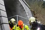 Cvičení na přečerpávací vodní elektrárně Dlouhé stráně. Ztraceného zaměstnance hasiči našli a vpořádku dopravili ze zakouřeného podzemí na čistý vzduch.
