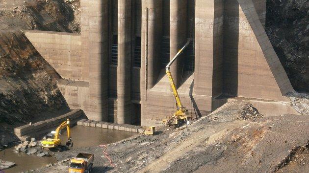 Vypuštěna dolní nádrž elektrárny Dlouhé Stráně a vyprošťování jeřábu