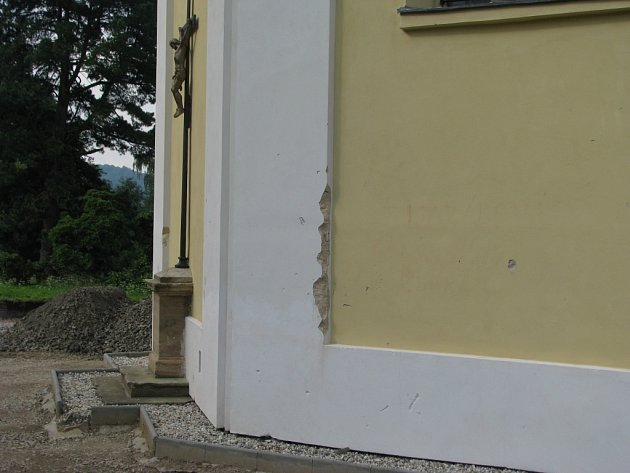 Vandalové poškodili fasádu zámecké kaple, hrany ozdobných sloupů i pískovcový sokl se sochou Krista.