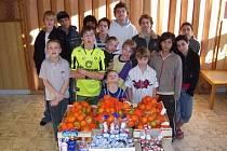 Děti dostaly od Veroniky Pompeové pořádnou nadílku dobrot.