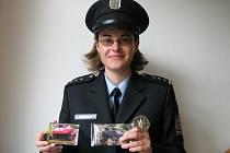 Tereza Neubauerová představila vonící fotografie do aut, které budou jeseničtí policisté poprvé rozdávat motoristům při úterní dopravně bezpečnostní akci.
