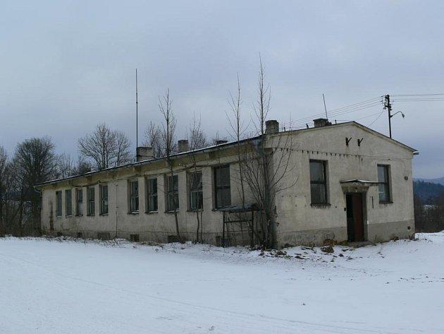 Opuštěná budova kanceláří a jídelny společnosti Ligra ve Stříbrnicích.