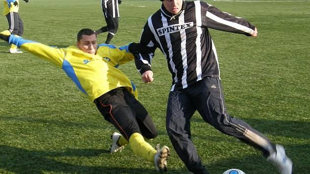 Šumperští fotbalisté (žluté dresy) zvítězili v Ústí nad Orlicí