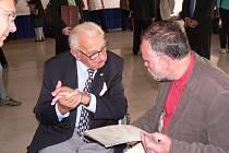 Nicholas Winton hovoří v Kongresovém centru s Luďkem Štiplem.