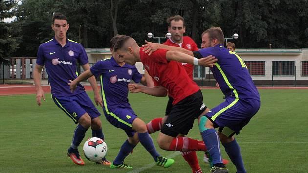 Fotbalisté Hodonína (v červených dresech) ve 2. kole MSFL remizovali s Mohelnicí 1:1. Hosté skóre srovnali v nastaveném čase.