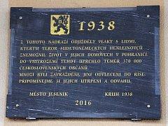 Odhalení pamětní desky připomínající nucený odchod Čechů z Jesenicka na podzim 1938.