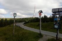 Turistické rozcestí kilometr pod vrcholem Pradědu.  Ilustrační foto