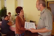 Veronika Navarová přebírá z rukou místostarosty Jeseníku Jiřího Stani poděkování za práci na komunitním plánování.