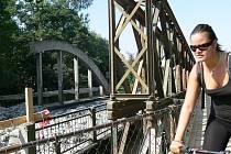 Bourání starého mostu přes Moravu v Postřelmově začalo 23. srpna 2011