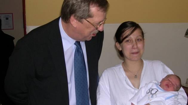 První miminko, které se letos narodilo v Olomouckém kraji, navštívil hejtman Martin Tesařík.