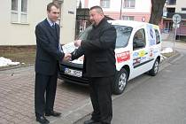 Rudolf Adam z firmy Compact (vpravo) předává klíče od nového vozu řediteli společnosti Pontis Miroslavu Adámkovi.