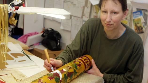 Výroba tradičních velikonočních paškálů v chráněné dílně Palonín
