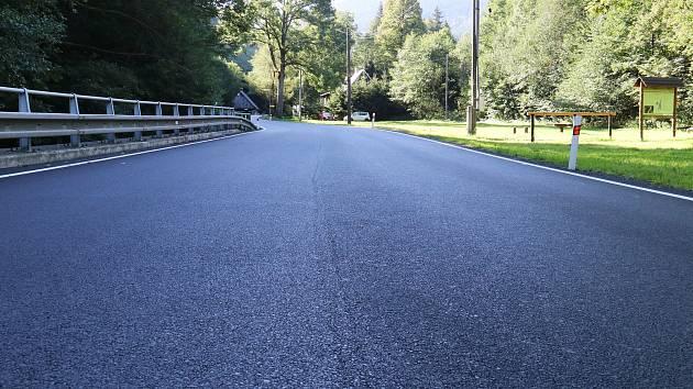 Nově rekonstruovaná silnice v Bělé pod Pradědem.