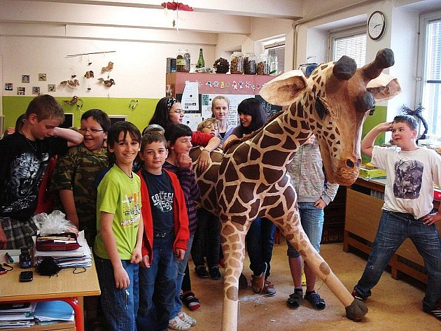 Školáci z Jindřichova ze svým žirafím PRITTELEM