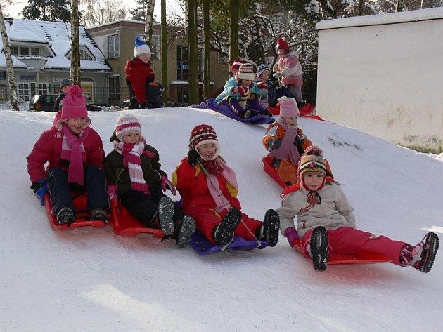 Na zahradě mateřské školy v Jeremenkově ulici v Šumperku děti v úterý 26. ledna bobovaly na umělém kopečku. Ve středu nejspíš kvůli mrazu zůstanou v herně